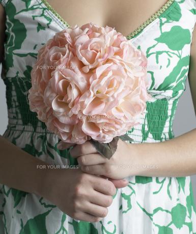 Woman Holding Decorative Bouquetの素材 [FYI00907285]
