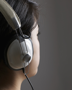 Woman Listening to Headphonesの素材 [FYI00907288]