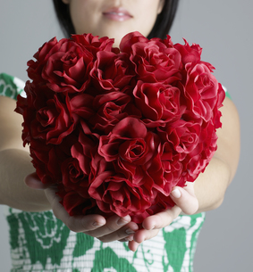 Woman Holding Bunch of Red Rosesの素材 [FYI00907355]