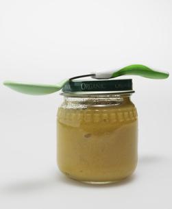 Spoon on Jar of Baby Foodの素材 [FYI00907367]