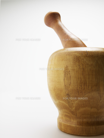Close-Up of Wooden Pestle and Mortarの素材 [FYI00907426]