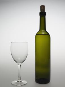 Wine Glass Beside Wine Bottleの素材 [FYI00907437]