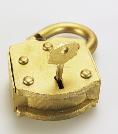 Key in Golden Padlockの素材 [FYI00907449]