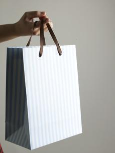 Shopping Bag Hanging From Fingerの素材 [FYI00907464]