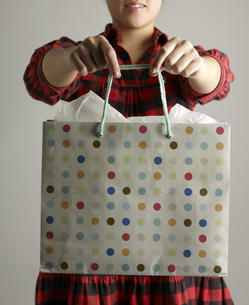 Mid-Adult Woman Holding Shopping Bagの素材 [FYI00907467]