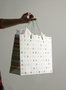 Shopping Bag Hanging From Fingerの素材 [FYI00907472]