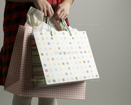 Close-Up of Woman with Shopping Bagsの素材 [FYI00907474]
