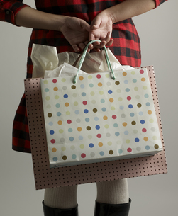 Close-Up of Woman with Shopping Bagsの素材 [FYI00907504]
