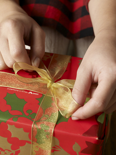 Person Wrapping Christmas Giftの素材 [FYI00907507]