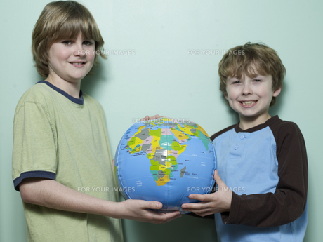 Two Boys Holding Inflatable Globeの素材 [FYI00907514]