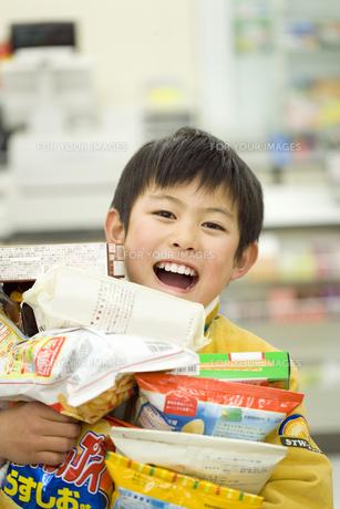 コンビニで買い物をする少年の素材 [FYI00907580]