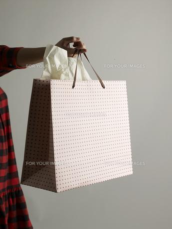 Shopping Bag Hanging From Fingerの素材 [FYI00907587]