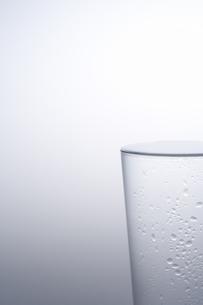 水で満たされているグラスの素材 [FYI00907609]