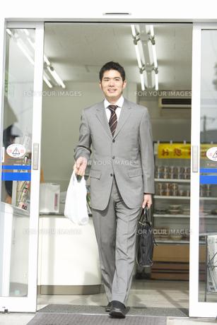 コンビニで買い物をした男性の素材 [FYI00907683]
