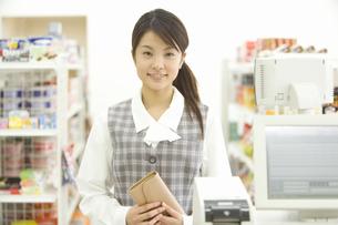 コンビニで買い物をする女性の素材 [FYI00907696]