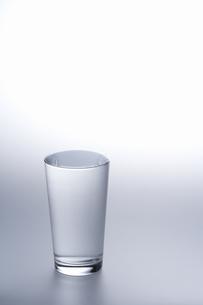 水で満たされているグラスの素材 [FYI00907697]