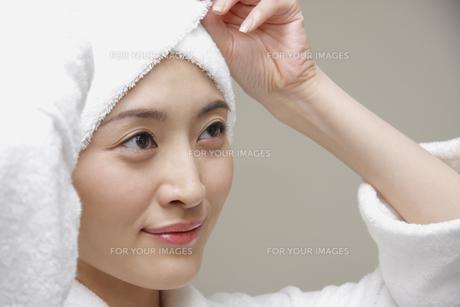 頭にタオルを巻く女性の素材 [FYI00907836]