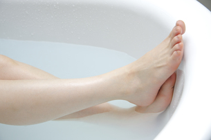 入浴する女性の足の素材 [FYI00907885]