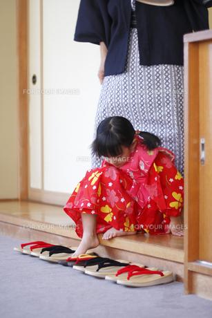 草履を履く浴衣の女の子の素材 [FYI00907980]