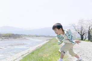 石を投げて遊ぶ男の子の素材 [FYI00907984]