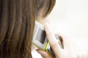 携帯電話と女性の素材 [FYI00908160]