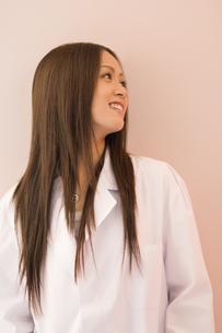 白衣を着た女子学生の素材 [FYI00908239]