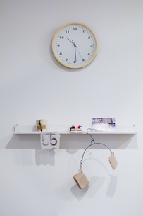 壁に掛かった時計と部屋のインテリアの素材 [FYI00908537]