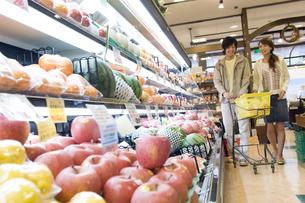 スーパーで買い物をするカップルの素材 [FYI00908558]