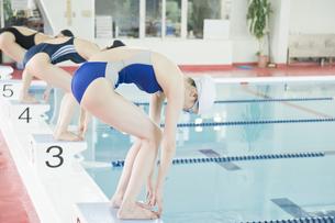 プールに飛び込む女性たちの素材 [FYI00908626]