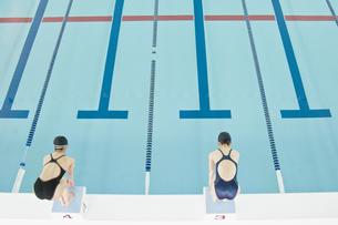 プールに飛び込む女性の素材 [FYI00908627]