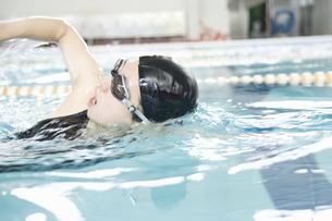 プールで泳ぐ女性の素材 [FYI00908687]