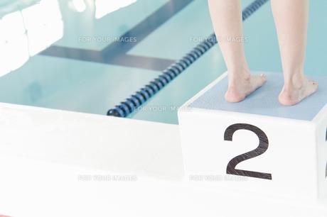 飛び込み台に立つ女性の足元の素材 [FYI00908690]