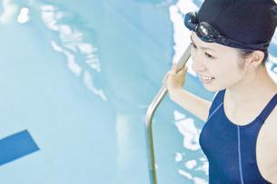 プールに入る女性の素材 [FYI00908691]