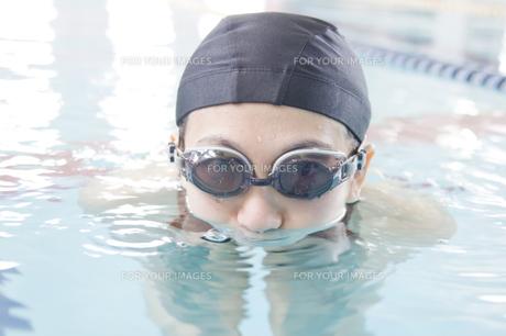 プールに入っている女性の素材 [FYI00908706]
