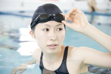 プールに入っている女性の素材 [FYI00908739]