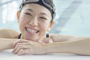 プールに入っている女性の素材 [FYI00908741]