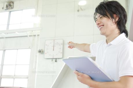 笑顔の男性インストラクターの素材 [FYI00908752]