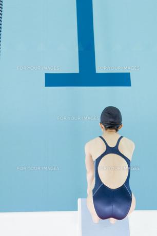 プールに飛び込む女性の素材 [FYI00908759]
