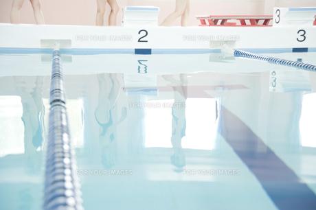 プールサイドを歩く女性たちの足元の素材 [FYI00908768]
