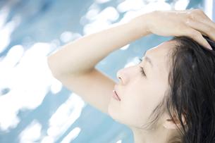 プールに入っている女性の素材 [FYI00908777]