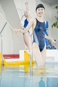 プールに入る女性の素材 [FYI00908790]