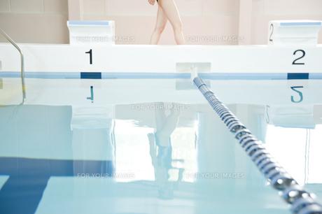 プールサイドを歩く女性の足元の素材 [FYI00908804]