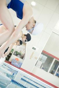 プールに飛び込む女性たちの素材 [FYI00908842]