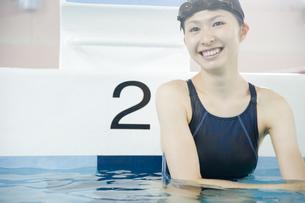 プールに入っている女性の素材 [FYI00908849]