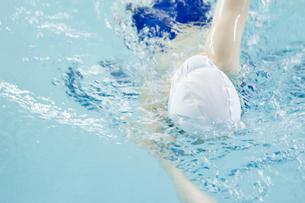 プールで泳ぐ女性の素材 [FYI00908857]