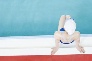 プールサイドに座る女性の素材 [FYI00908860]