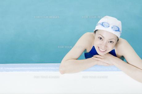 プールに入っている女性の素材 [FYI00908877]