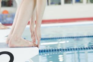 プールに飛び込む女性の足元の素材 [FYI00908885]
