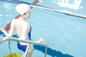 プールに入る女性の素材 [FYI00908886]