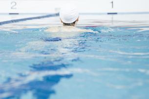 プールで泳ぐ女性の素材 [FYI00908887]